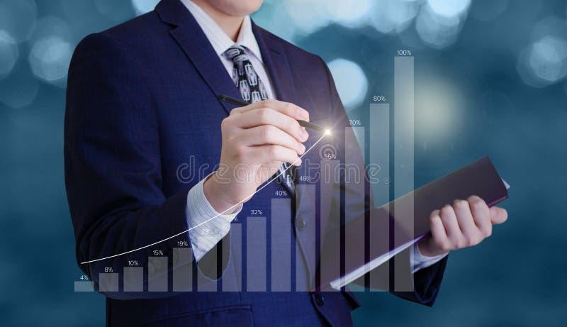 De zakenman trekt een grafiek royalty-vrije stock afbeeldingen