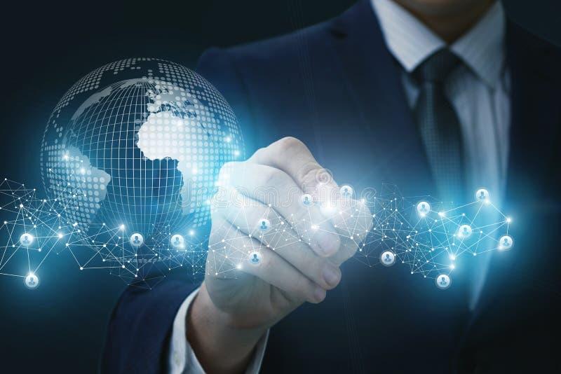 De zakenman trekt een verbindings mondiaal net stock foto's