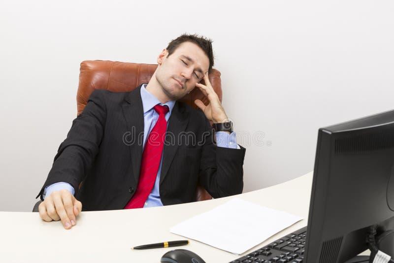 De zakenman van de slaap op het werk stock afbeelding