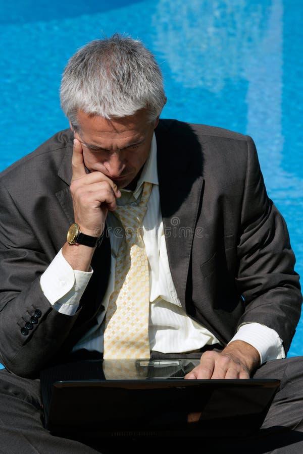 De zakenman van de zorg met laptop stock afbeeldingen