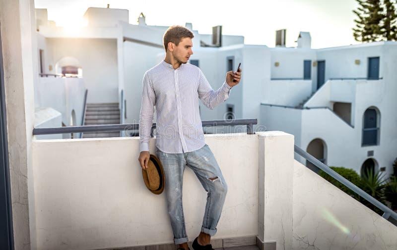 De zakenman van de de zomer openlucht, jonge mens met de zonsondergang van de telefoonplaats royalty-vrije stock foto's