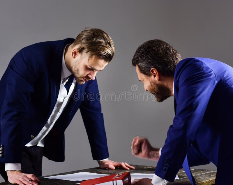De zakenman vereist ondertekenend een contract Partnertekens royalty-vrije stock afbeelding