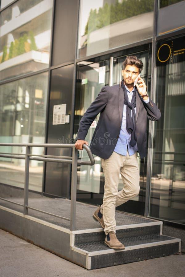 De zakenman verlaat de baan Bedrijfsmens die op slimme telefoon spreken stock afbeelding