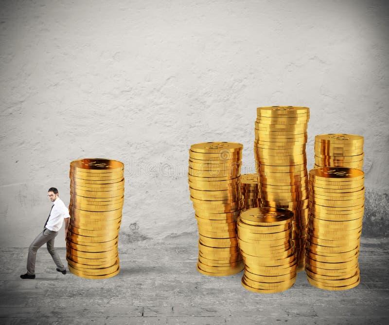 De zakenman verplaatst een stapel van muntstukken naar een groep geld concept moeilijkheid aan het besparen van geld stock afbeelding