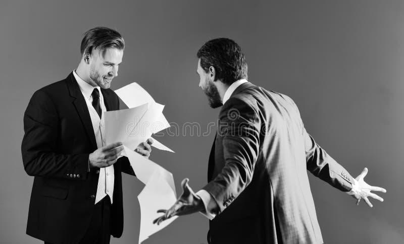 De zakenman verwerpt het contract en werpt documenten in lucht Ongunstig overeenkomstenconcept Mensen in kostuum of verwarde zake royalty-vrije stock fotografie