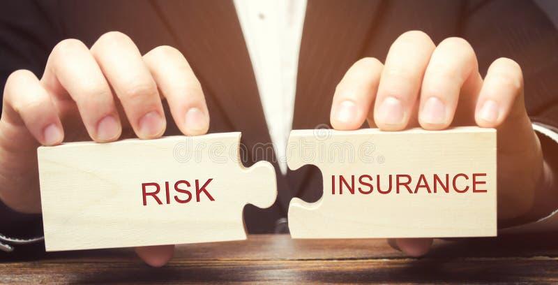 De zakenman verzamelt houten raadsels met de verzekering van het woordrisico De overdracht van bepaalde risico's voor de verzeker stock afbeelding