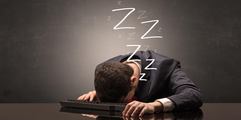 De zakenman viel in slaap op het kantoor op zijn toetsenbord royalty-vrije illustratie