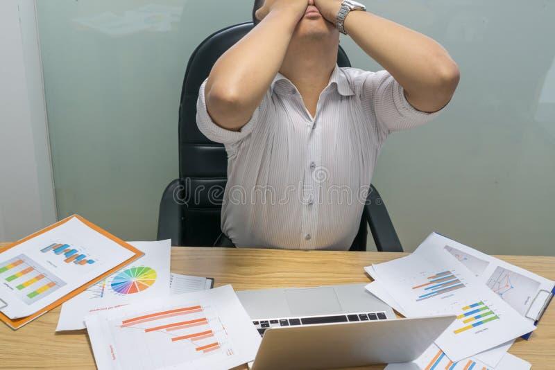 De zakenman voelt te zeer benadrukt en uitgeput omdat royalty-vrije stock afbeelding