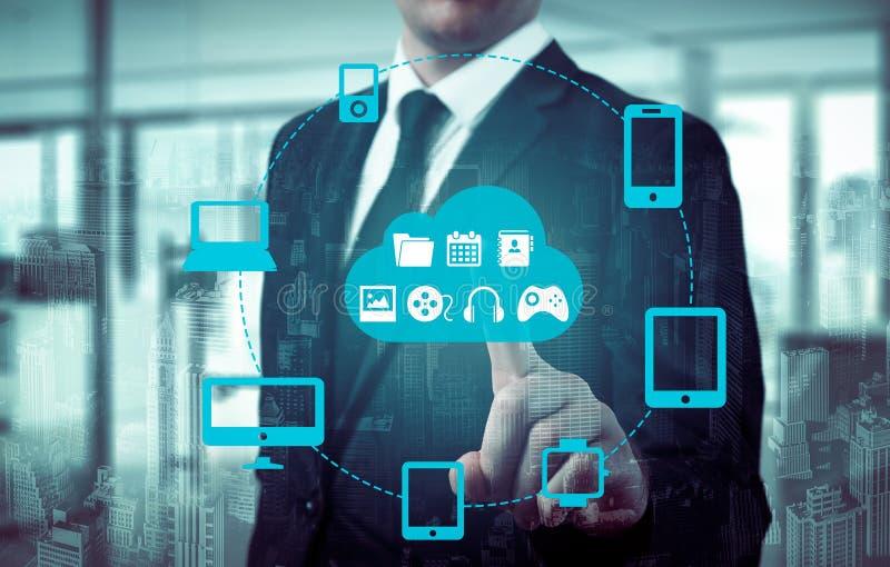 De zakenman wat betreft een wolk verbond met vele voorwerpen op het virtueel scherm, concept over Internet van dingen royalty-vrije stock foto's