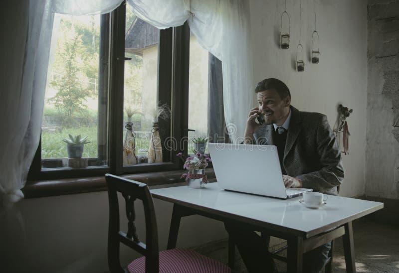 De zakenman werkt met Mobiele Telefoon royalty-vrije stock foto's