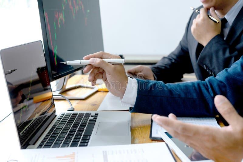 de zakenman zit bij therlijst bekijkend computer stock foto's