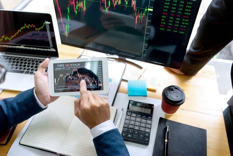 de zakenman zit bij therlijst bekijkend computer royalty-vrije stock afbeelding