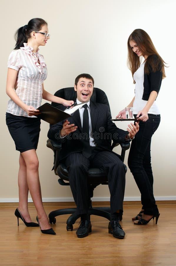 De zakenman zit in leunstoel stock afbeeldingen