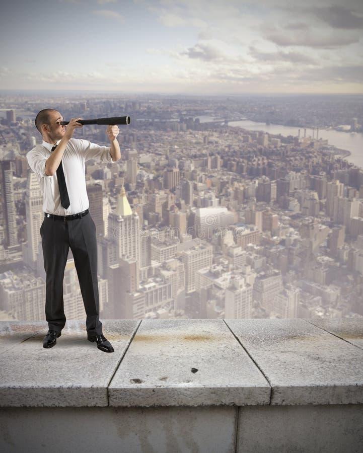 De zakenman zoekt nieuwe zaken stock afbeelding