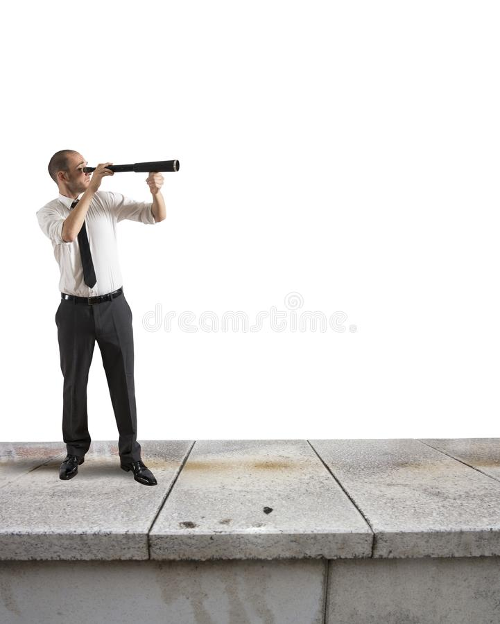De zakenman zoekt nieuwe zaken stock foto