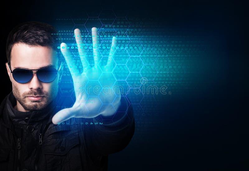 De zakenman in zonnebril controleert virtuele het gloeien computercode royalty-vrije stock fotografie