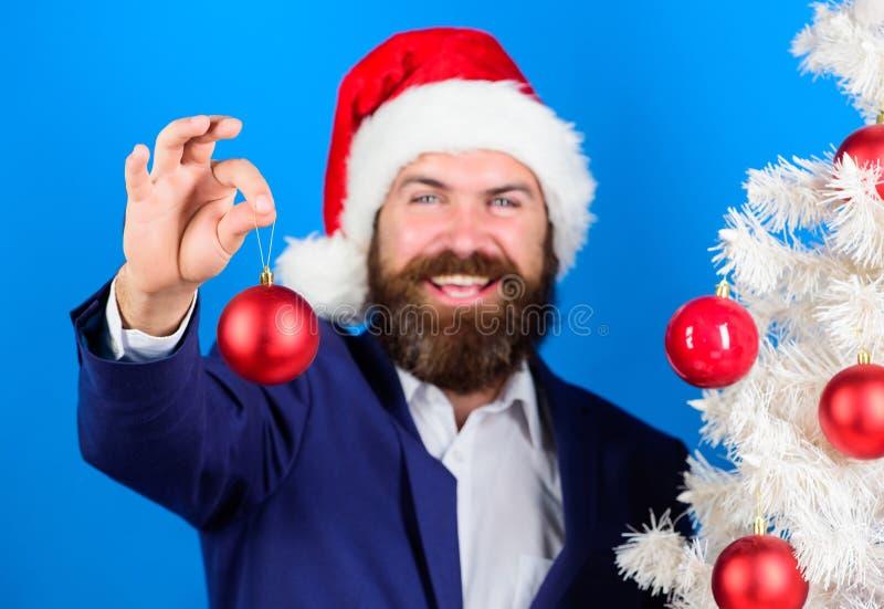 De zakenmanaanbieding u sluit zich aan Kerstmis bij voorbereiding De speciale aanbieding van Kerstmis De slijtage formeel kostuum stock foto