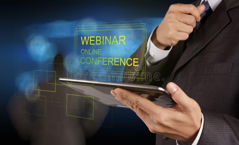 De zakenmanhand toont webinar online conferentie stock afbeelding