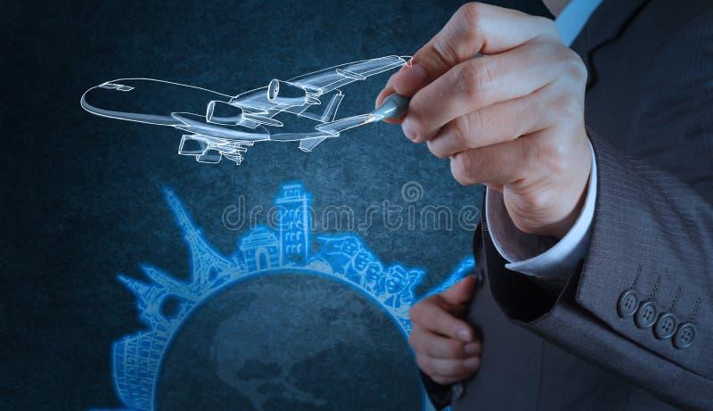 De zakenmanhand trekt vliegtuigreis rond de wereld royalty-vrije stock foto's