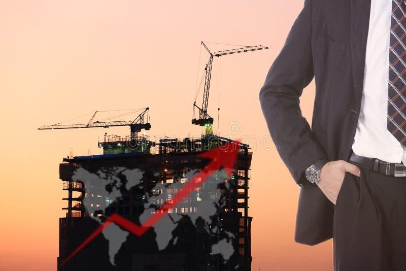 De zakenmantribune voor wachttijd bouwt constructure royalty-vrije stock afbeeldingen