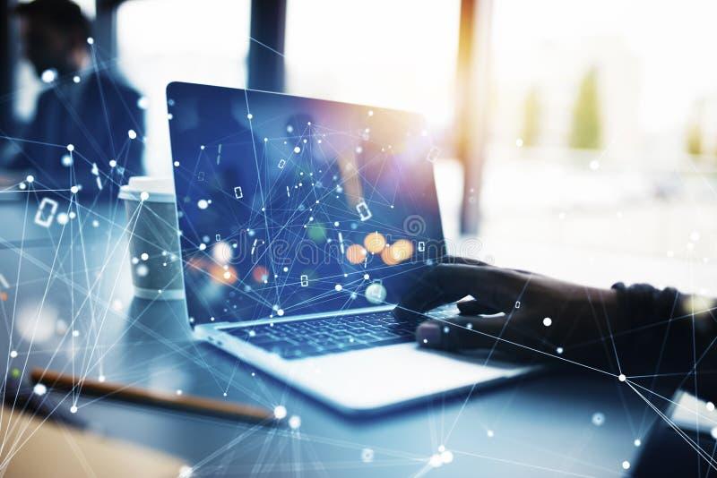 De zakenmanwerken in bureau met laptop met Internet-gevolgen Concept Internet-het delen en bedrijfopstarten stock afbeeldingen