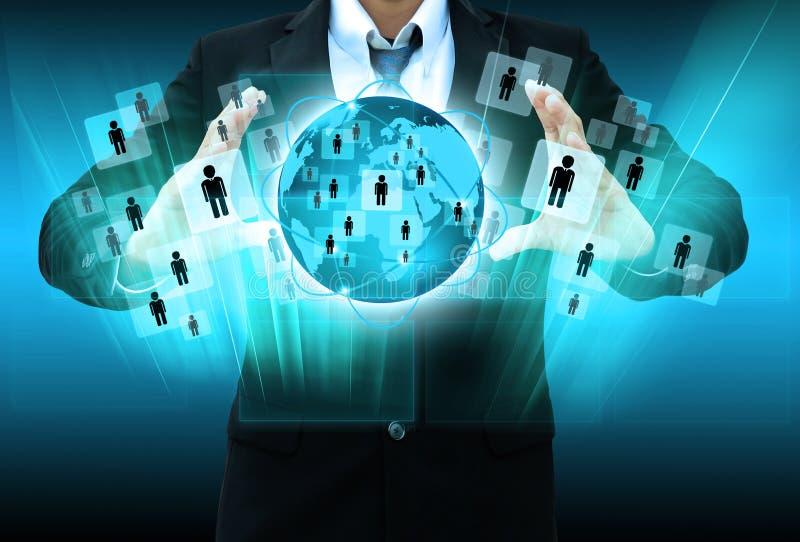 De zakenmanwerken met Sociaal Netwerk royalty-vrije stock afbeeldingen