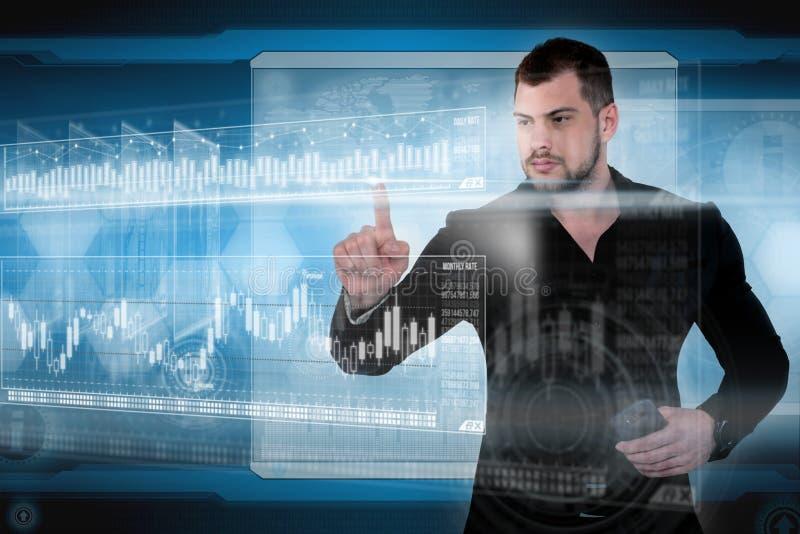 De zakenmanwerken met virtuele holografische interface Toekomstig technologieconcept royalty-vrije illustratie