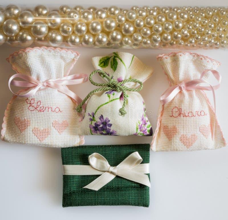 De zakken die van de huwelijksgunst met een suikerlaagje bedekte amandelen, datagift bevatten stock afbeelding