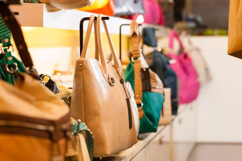 De zakken van het leer in een winkel stock foto's
