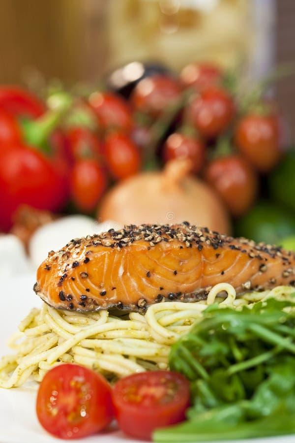 De Zalm van Peppered, Deegwaren, Tomaten, Groene Salade royalty-vrije stock foto's