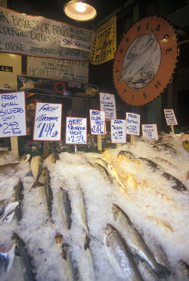 De zalmtribune bij Snoeken plaatst Openbare Landbouwersmarkt, Seattle, WA stock afbeeldingen