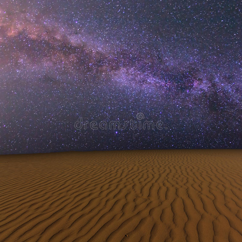 De zandige woestijn van de nacht royalty-vrije stock fotografie