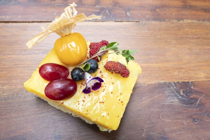 De zandkoek van de citroenvla met verse gemengde vruchten royalty-vrije stock afbeeldingen