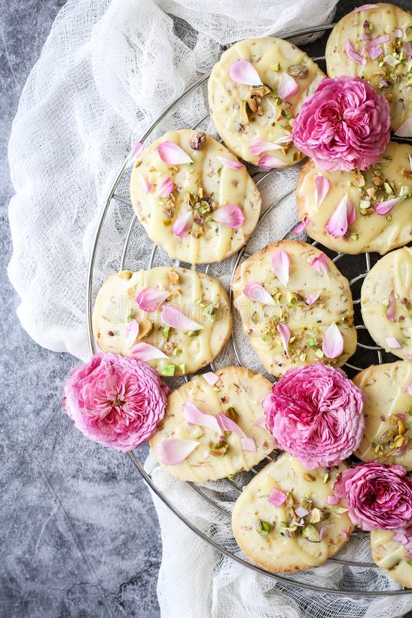 De zandkoekkoekjes met pistaches en namen bloemblaadjes toe royalty-vrije stock fotografie