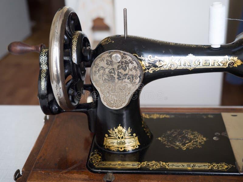 De ZANGER naaimachine uit de eerste hand, sluit omhoog, zijaanzicht, selectieve nadruk royalty-vrije stock afbeelding