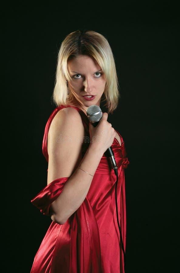 De zanger is in rood stock afbeeldingen