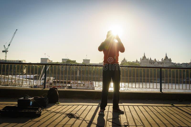 De zanger van de straatmusicus stock fotografie