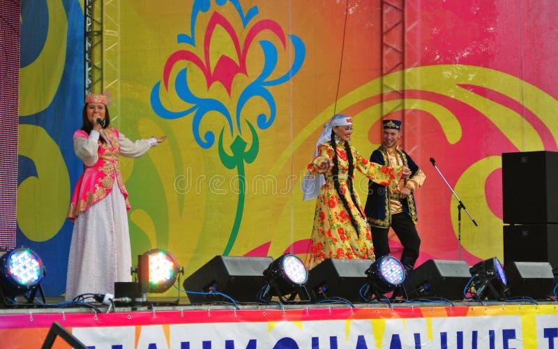 De zangervrouw presteert op stadium Sabantuiviering in Moskou royalty-vrije stock afbeeldingen
