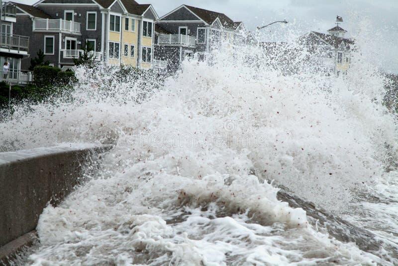 De zeedijk van de de golvenbreuk van Irene van de orkaan