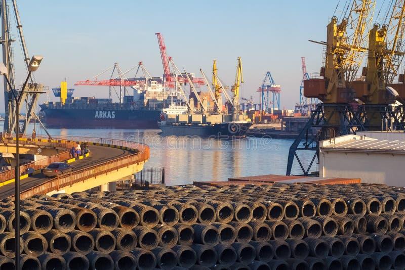 De zeehaven van Odessa met kranen en schepen stock afbeelding