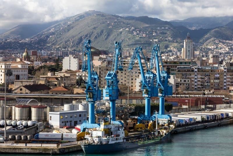 De zeehaven van Palermo in Sicilia, Industriële haven, Italië stock afbeeldingen