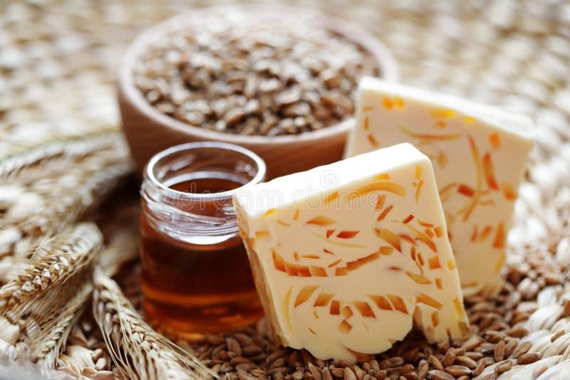 De zeep van de honing en van de tarwe royalty-vrije stock afbeelding