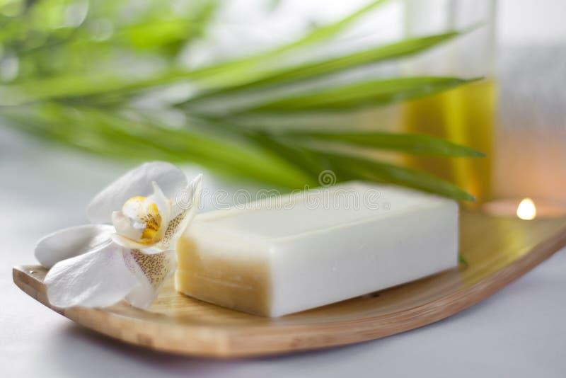 De zeep van het kuuroord en orchideeclose-up royalty-vrije stock afbeeldingen