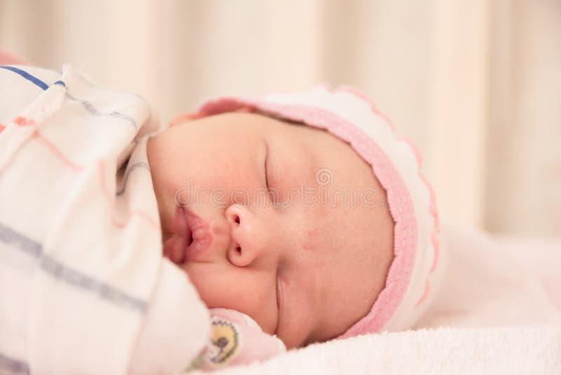 De zeer aardige zoete slaap van het babymeisje stock foto
