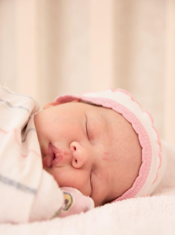 De zeer aardige zoete slaap van het babymeisje royalty-vrije stock afbeelding