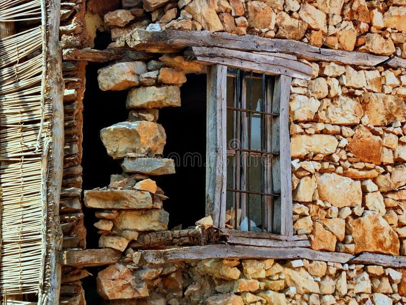 De zeer oude houten deur op het steenhuis stock fotografie