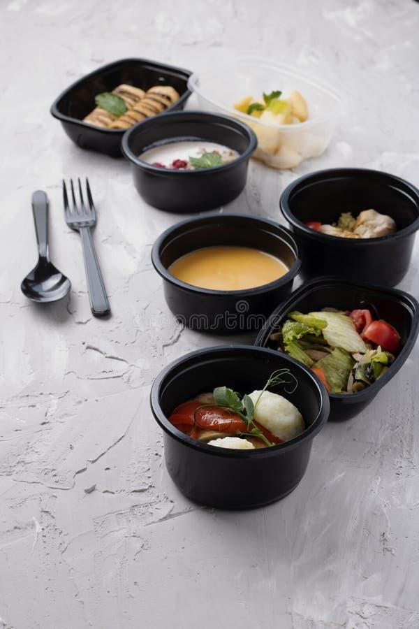 De zeevruchten, de room van de Pompoensoep, stoomden kip en groenten, klaar maaltijd voor juiste voeding en uitgebalanceerd dieet stock afbeeldingen