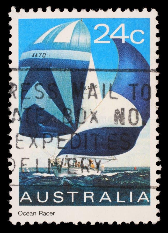 De zegel die in Australië wordt gedrukt toont een oceaanraceauto royalty-vrije stock foto