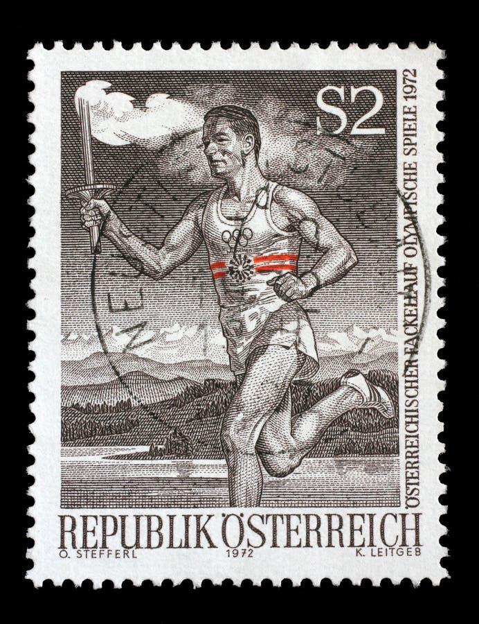 De zegel door Oostenrijk wordt gedrukt, toont Agent met Olympische Toorts die stock afbeeldingen
