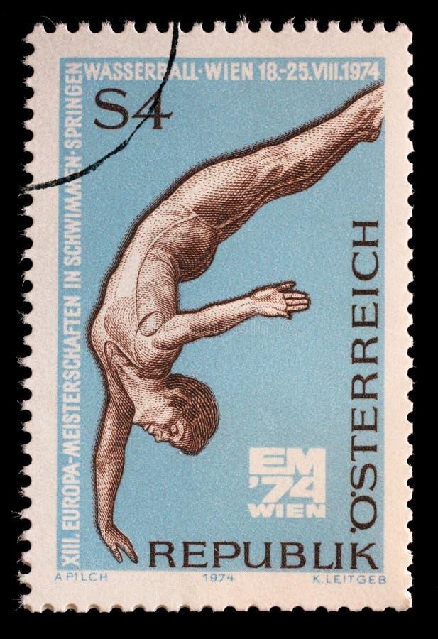 De zegel in Oostenrijk wordt gedrukt toont Duiker, 13de het Europese Zwemmen, het Duiken en Water Polo Championships, Wenen dat royalty-vrije stock foto
